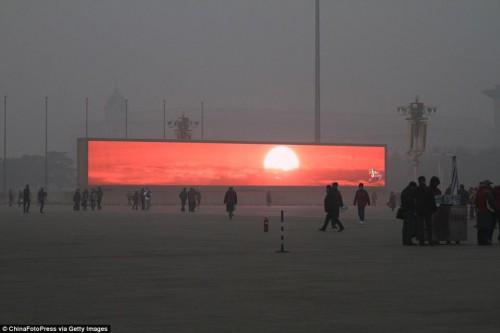 Pékin qui diffuse des images de lever de soleil pour ses habitants piégés par le brouillard de la pollution.n.jpg