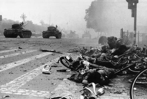 Auteur inconnu - La place Tian'anmen, Pékin - matin du 4 juin 1989.png